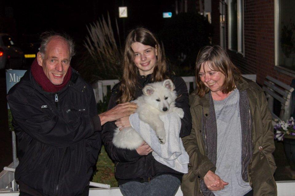 Zwitserse witte herder Misthy's Friends met haar nieuwe baasjes