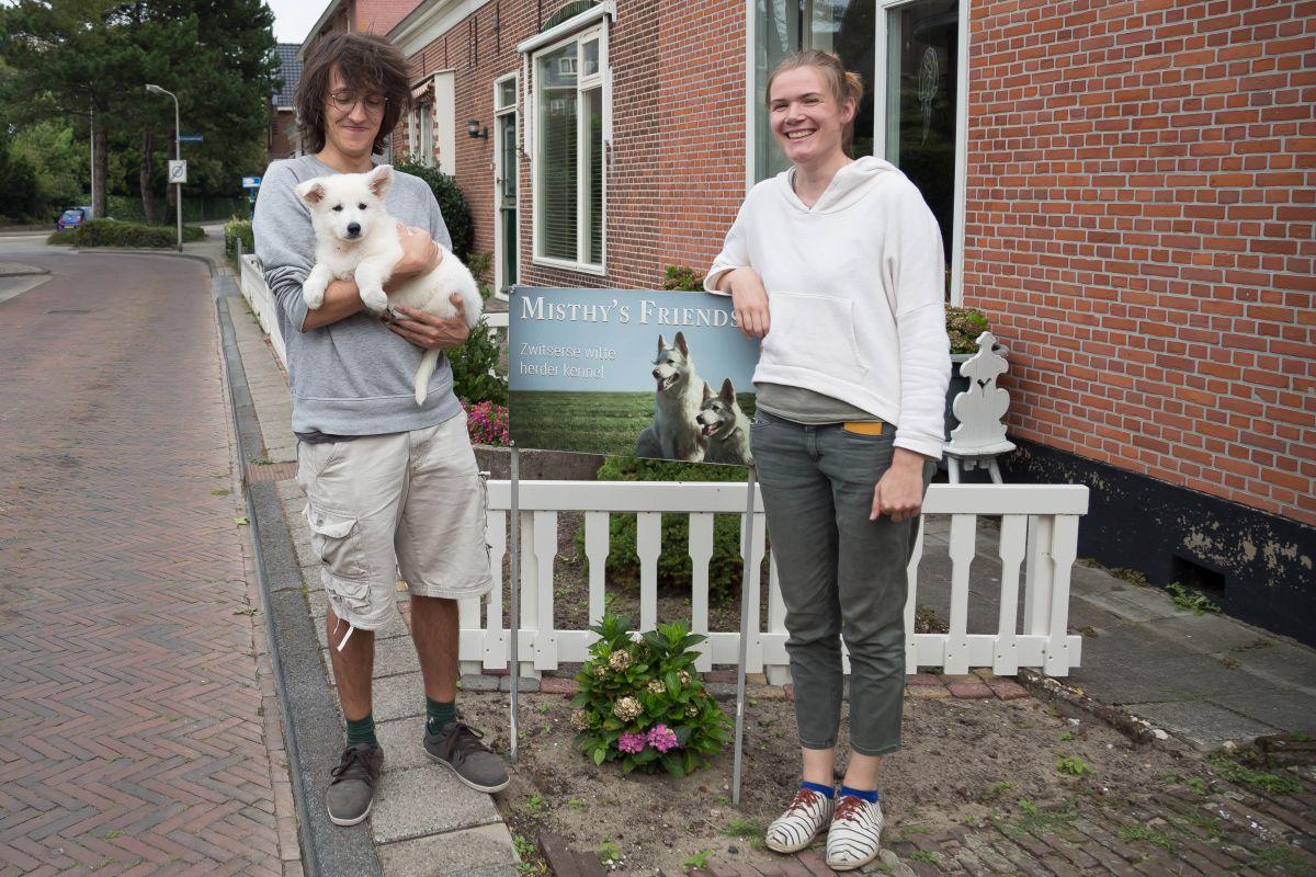 Zwitserse witte herder pup Raeye met haar nieuwe baasjes