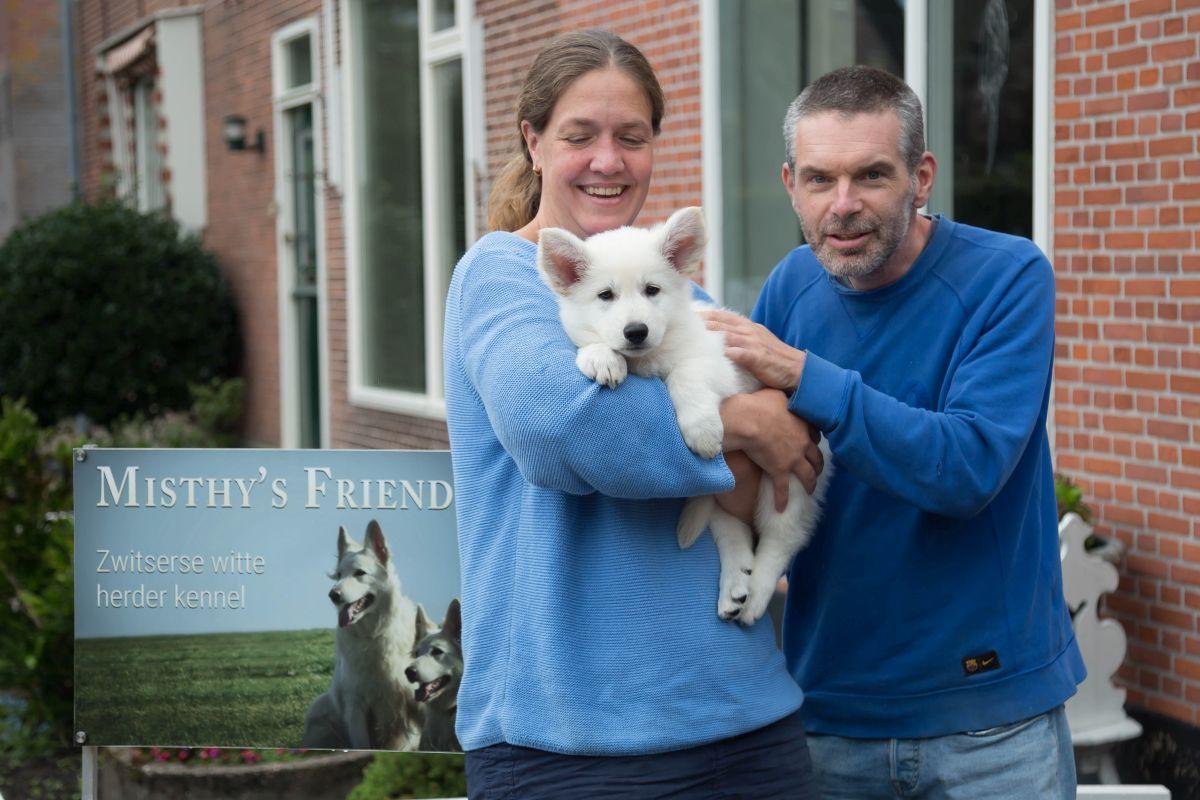 Zwitserse witte herder pup Rosie met haar nieuwe baasjes